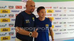 Kim Jeffrey Kurniawan dan pelatih Persib Herrie Setyawan (kiri).
