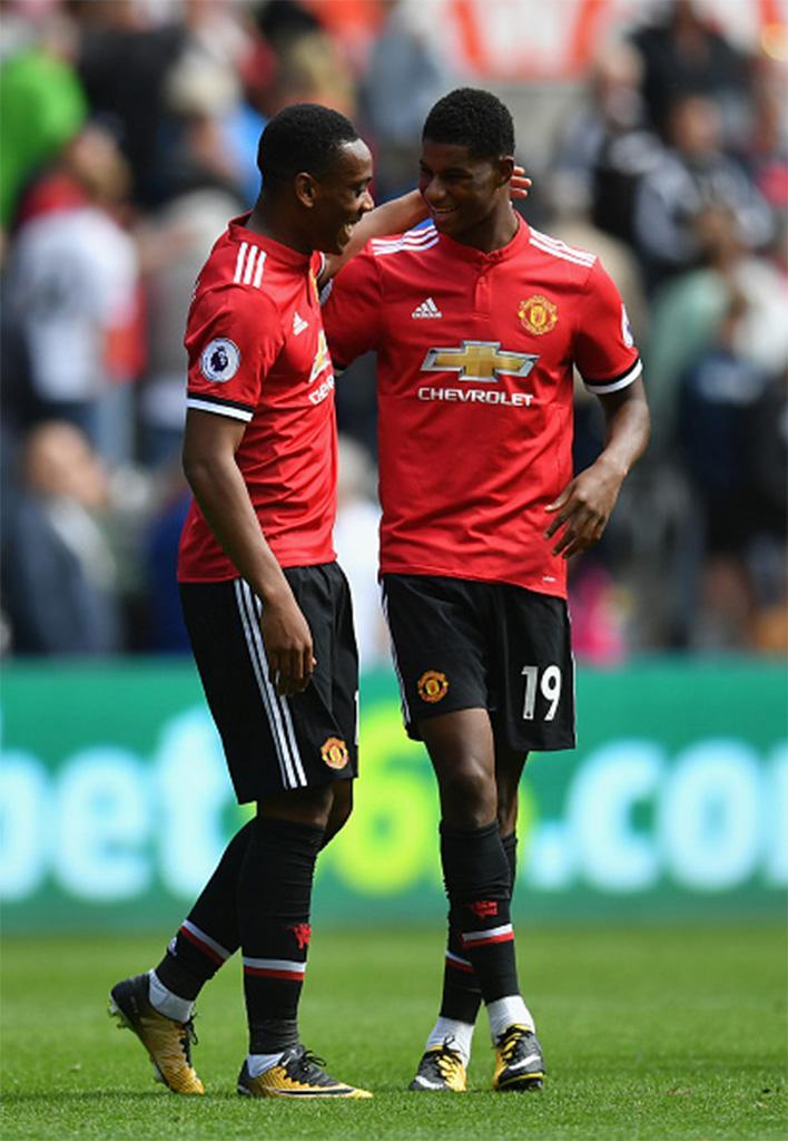 Pemain Manchester United, Anthony Martial (kiri) mendapat ucapan selamat dari rekan setimnya, Marcus Rashford. Copyright: Getty Images