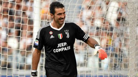 Gianluigi Buffon tampak bangga pasca mematahkan tendangan penalti Diego Farias. - INDOSPORT