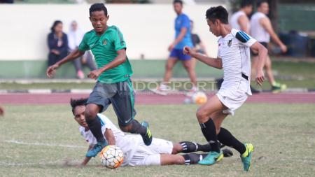 Dua pemain Patriot Candrabhaga Bekasi gagal menghentikan pemain Timnas U-16. - INDOSPORT