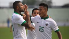 Indosport - Marinus Manewar melakukan selebrasi bersama rekan satu timnya.