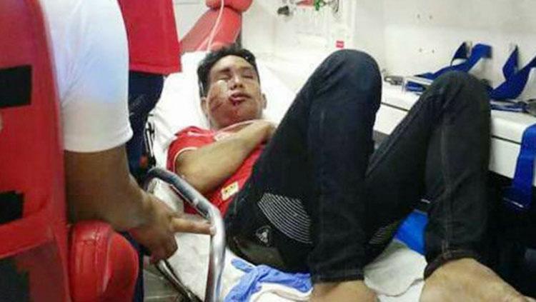 Fans Myanmar yang diduga diserang oleh pendukung Malaysia. Copyright: zing.vn