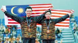 Jeremiah Loo Phay Xing (kanan) bersama Tan Fu Jie berjaya memenangi medali emas dalam acara gimnastik artistik lelaki.