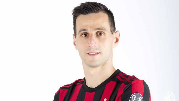Nikola Kalinic resmi berseragam AC Milan dengan status pemain pinjaman dari Fiorentina. Copyright: acmilan.com