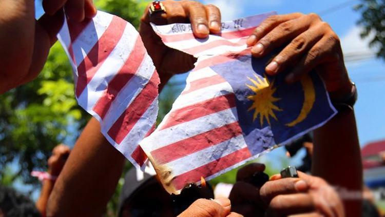 Aksi pembakaran bendera Malaysia. Copyright: TRIBUN MEDAN/Riski Cahyadi