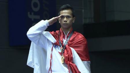 Iwan Bidu Sirait meraih emas di cabor karate. - INDOSPORT