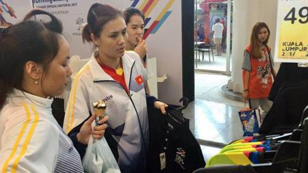Para pemain Voli Putri Vietnam asyik berbelanja usai menerima bonus. - INDOSPORT
