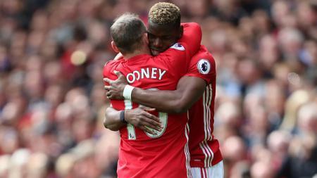 Wayne Rooney (kiri) dan Paul Pogba, saat masih bermain bersama di Manchester United. - INDOSPORT