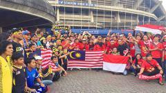 Indosport - Suporter Timnas Indonesia dan Malaysia melakukan foto bersama.