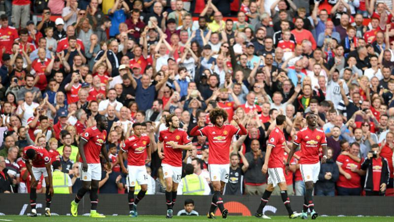 Skuat Manchester United merayakan gol Marouane Fellaini. Copyright: INDOSPORT