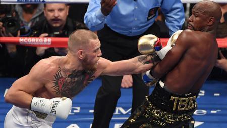 Floyd Mayweather Jr vs Conor McGregor mendapat komentar kocak dari warganet Indonesia. - INDOSPORT