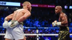 Indosport - Petinju Floyd Mayweather mengirim tantangan kepada Khabib Nurmagomedov dan Conor McGregor di tahun 2020 ini melalui unggahan di akun Instagramnya.