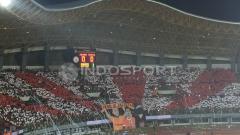 Indosport - Aksi Koreografi Suporter Persija Jakarta, The Jakmania pada laga melawan Persela Lamongan.