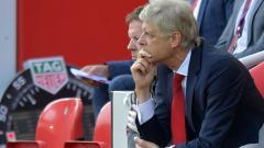 Indosport - Arsene Wenger menunjukan wajahnya yang lesu.