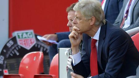 Arsene Wenger menunjukan wajahnya yang lesu. - INDOSPORT