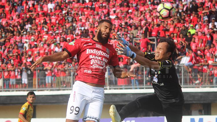 Momen Sylvano Comvalius cetak gol ke gawang Mitra Kukar. Copyright: Rudi Khaizan/INDOSPORT
