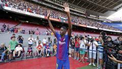Indosport - Barcelona resmi memperkenalkan Ousmane Dembele sebagai pemain baru mereka.
