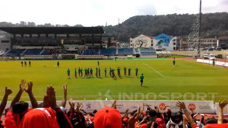 Suporter Indonesia yang menyaksikan laga melawan Myanmar. - INDOSPORT