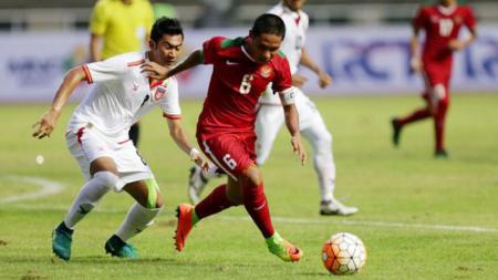 Saat Evan Dimas (merah) merebut bola dari pemain Myanmar. - INDOSPORT