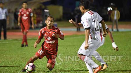 Aksi Riko Simanjuntak saat menghadapi Bali United. - INDOSPORT