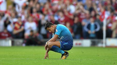 Alexis Sanchez hanya bisa tertunduk saat Arsenal dikalahkan Liverpool. - INDOSPORT