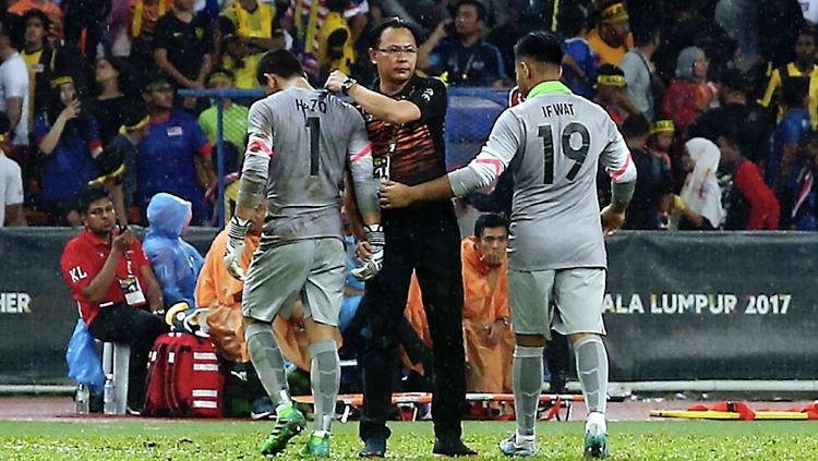 Ong Kim Swee (tengah) saat menenangkan Muhammad Haziq Nadzli yang kecewa selepas kalah 1-0 atas Thailand. Copyright: bharian.com