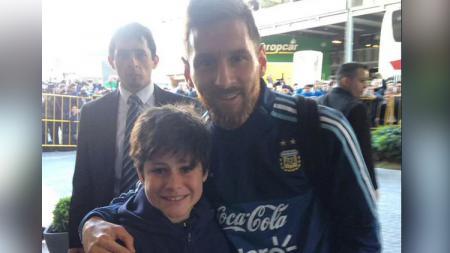 Messi saat berfoto bersama fans di Uruguay - INDOSPORT