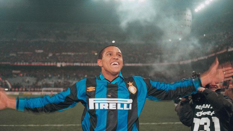 Roberto Carlos saat masih berseragam Inter Milan. Copyright: The Sun