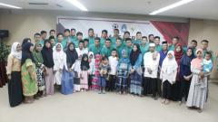 Indosport - Timnas U-19 bersama anak yatim sebelum berangkat ke Myanmar.