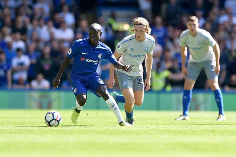 Ngolo Kante (kiri) saat melawan Everton. Copyright: INDOSPORT