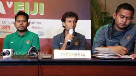 Luis Milla (tengah) dalam konferensi pers. - INDOSPORT