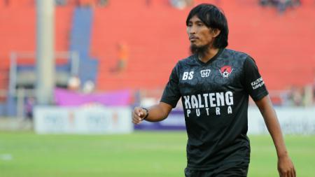 Budi Sudarsono menjalani peran baru sebagai asisten pelatih Kalteng Putra FC. - INDOSPORT
