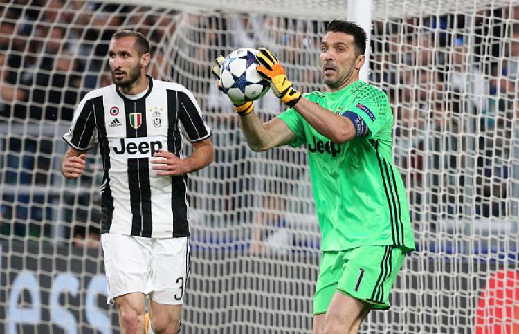 Giorgio Chiellini (kiri) dan Gianluigi Buffon, dua pemain bintang Juventus. Copyright: INDOSPORT