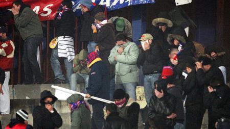 Para pendukung Catania dan Palermo terlibat bentrokan maut pada tahun 2007. - INDOSPORT
