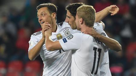 Selebrasi Mesut Ozil usai mencetak gol pembuka Jerman atas Norwegia. - INDOSPORT