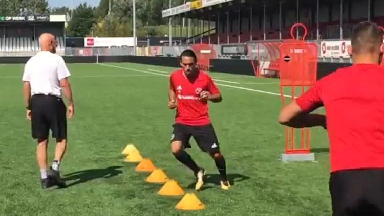 Aksi Ezra Walian saat pertama kali latihan bersama Almere City FC. Copyright: Almere City FC