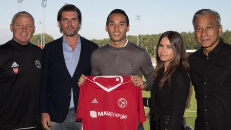 Ezra Walian saat pertama kali diperkenalkan sebagai pemain anyar Almere City FC. - INDOSPORT