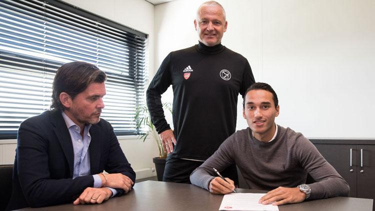 Ezra Walian saat menandatangani kontrak bersama Almere City FC. Copyright: Almere City FC