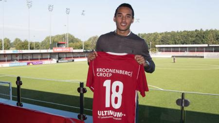 Ezra Walian bakal mendapatkan nomor punggung 18 di Almere City FC. - INDOSPORT