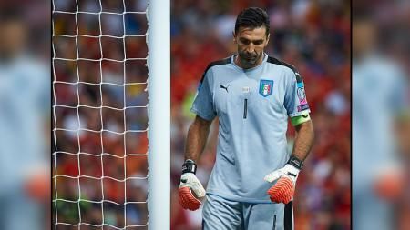 Ekspresi kecewa kiper Timnas Italia, Gianluigi Buffon saat gawangnya kebobolan dari Timnas Spanyol. - INDOSPORT