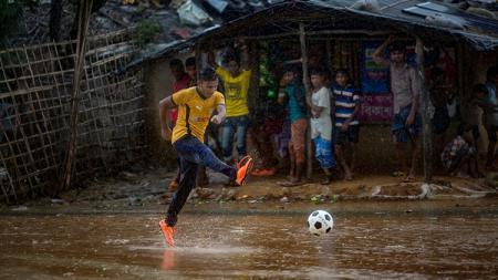 Orang Rohingya yang bermain sepakbola. - INDOSPORT