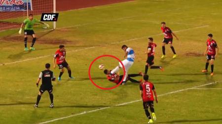 Sebastian Villegas saat ditendang wajahnya oleh Matias Campos. - INDOSPORT