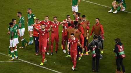 Selebrasi para pemain Serbia usai kalahkan Irlandia. - INDOSPORT