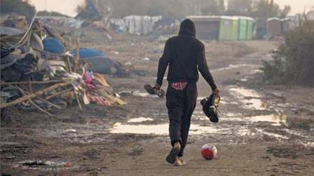 Ilustrasi pengungsi yang bermain sepakbola. - INDOSPORT