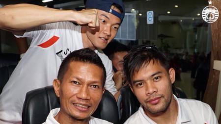 Ismed Sofyan, Sutanto Tan, dan Andritany di bus menuju markas Mitra Kukar. - INDOSPORT