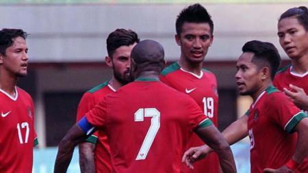 Boaz Solossa dan kawan-kawan saat laga melawan Fiji. - INDOSPORT