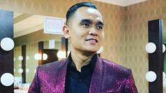 Indosport - Komentator sepak bola, Valentino Simanjuntak mengaku sampai harus membongkar celengan ketika Liga 1 2020 dipastikan harus ditunda lagi.