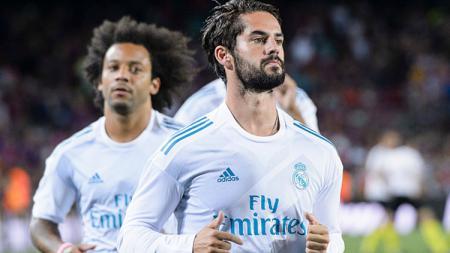 Isco (depan) kabarnya akan dijual Real Madrid yang baru saja belanja besar-besaran di bursa transfer. - INDOSPORT