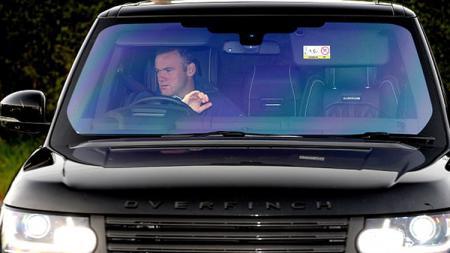 Wayne Rooney saat mengendari mobil. - INDOSPORT