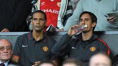 Indosport - Eks pemain Manchester United, Gary Neville saat bersama Rio Ferdinand.